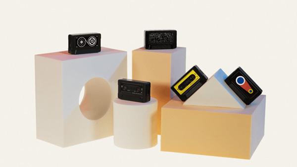 画像: 「VOITER mini」は、幅55ミリ×奥行き15ミリ×高さ32ミリ・30グラムのコンパクトサイズ。4種類のシールを同梱し、好みや気分に合わせてデザインを変えることができる。