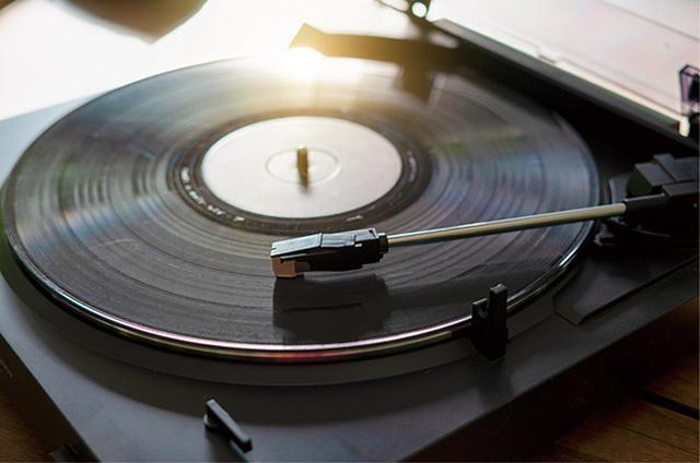 画像: 盤面をぬぐってホコリを取り、静かにセットして針を落とすという手間が、逆にいい。