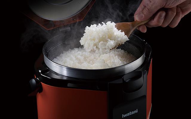 画像: 釜全体を強火で包み込み、短時間で米を一気に炊き上げる。