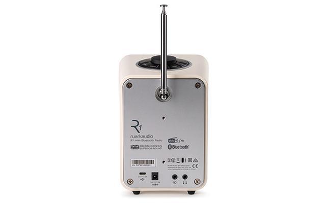 画像: 背面にはUSB Type-Cポートやヘッドホン出力、ライン入力を装備。USBメモリー経由でハイレゾ音源を再生したり、スマホを充電したりすることも可能。