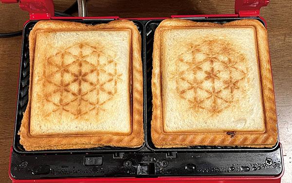 画像: 8枚切りの食パンにベーコンや目玉焼き、アボカドなどを挟んでプレス! こんがりときれいな焼き目がついた。