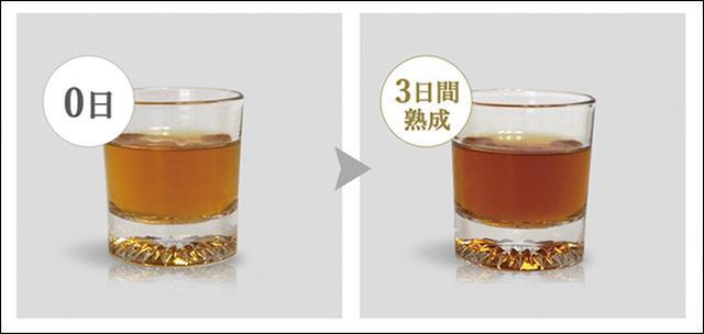 画像: (写真左)普通のウィスキー、(写真右)樽熟成ボトルで3日間熟成させたウィスキー