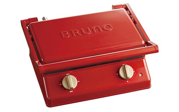 画像: オシャレなデザインが目を引くブルーノの最新グリルサンドメーカー。本機は、ホットサンドが2枚作れるサイズで、肉などが焼けるグリルプレートも付属する。温度調整ダイヤル(左)とタイマー(右)を備え、好みの焼き加減が楽しめる。
