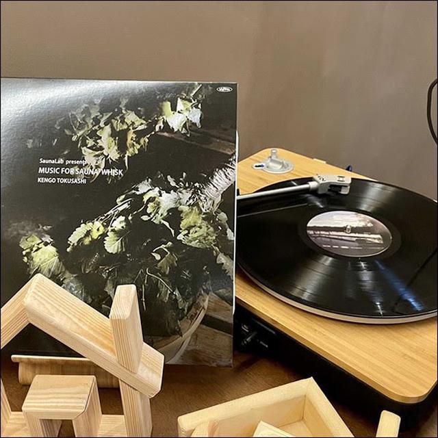 画像: とくさしけんご氏の「MUSIC FOR SAUNA」もLP盤で流れています。