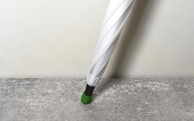 画像: 壁に立てかけても傘が倒れにくいのがいい