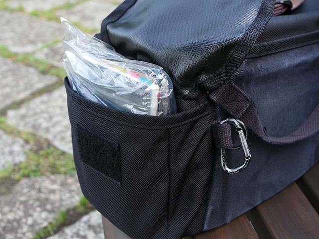 画像: 防水性に優れる「ドンケ F-2BB」だが、両サイドのポケットは、フラップの隙間から雨が浸入する危険性が高い。そこで、普段からポケットに収納している手帳類は、事前にビニール袋に入れ包んでおく。