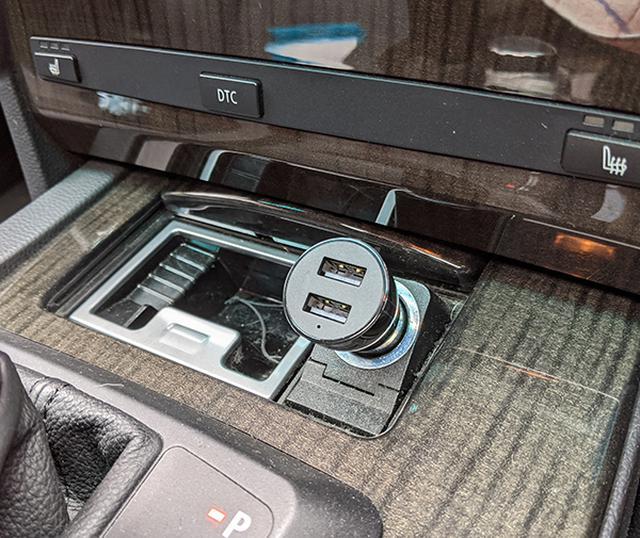 画像: 付属のシガー電源は、USBの接続口が2口あるから、一つはEcho Autoに使用して ももう一つはスマホ用にスマホ用に使用する事ができる