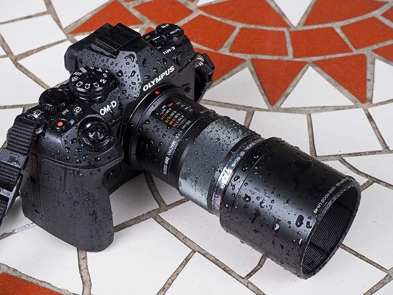 画像: 高い防塵・防滴・-10℃耐低温性能を誇る、オリンパス OM-D E-M1 MarkII(オリンパスの防滴性能の高さには定評がある)。また、望遠マクロレンズのM.ZUIKO DIGITAL ED 60mm F2.8 Macroも防塵・防滴性能を備えている。だから、雨中撮影でも安心して使える。