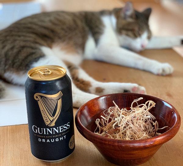 画像: さきイカの完成を祝して乾杯。
