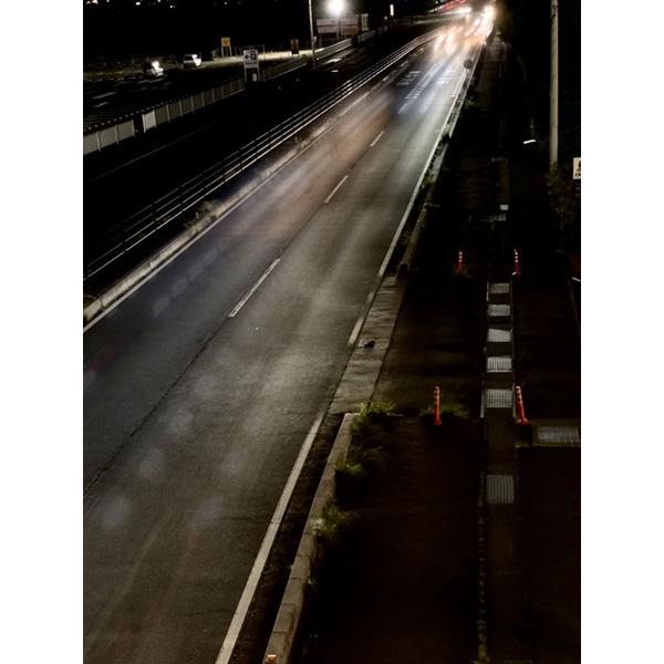 画像: 車そのものは写らず、光だけが残った写真になる。