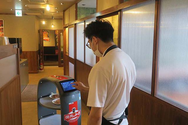 画像: 「焼肉の和民」の配膳・運搬ロボットは「PEANUT」。