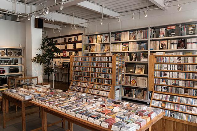 画像: カセット、レコード、ラジカセのほか、音楽・文化にかかわる新旧の雑誌も豊富にそろう。