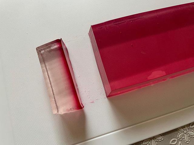 画像: 切る前の塊は1色に見えたので「失敗した!」と思いきや、ちゃんと2層グラデーションになりました。