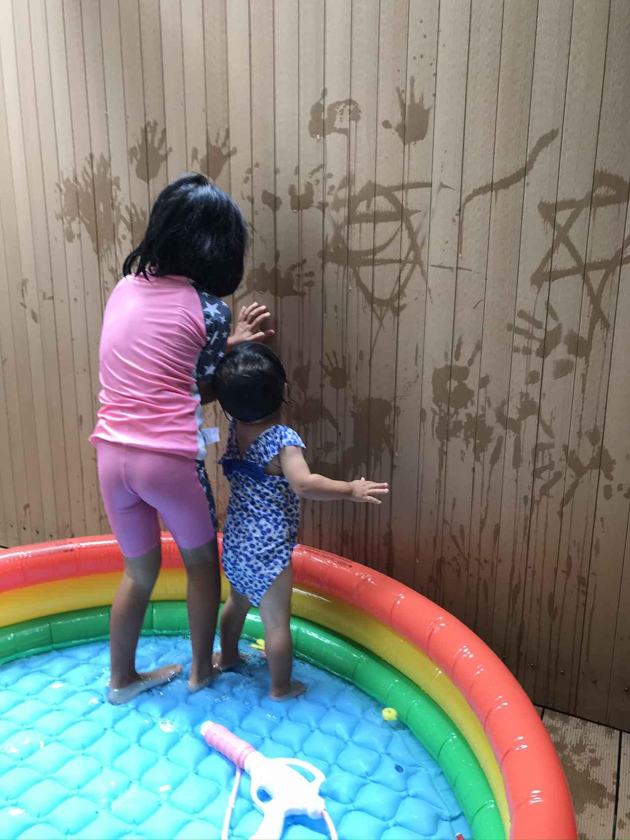 画像: 同シリーズの大きめサイズ、直径(約)147×33cmのビニールプールで、幼児2人が遊ぶ様子。子どもはどんな動きをするか予想が付かないので、安全のためにも底のクッションが欠かせない。