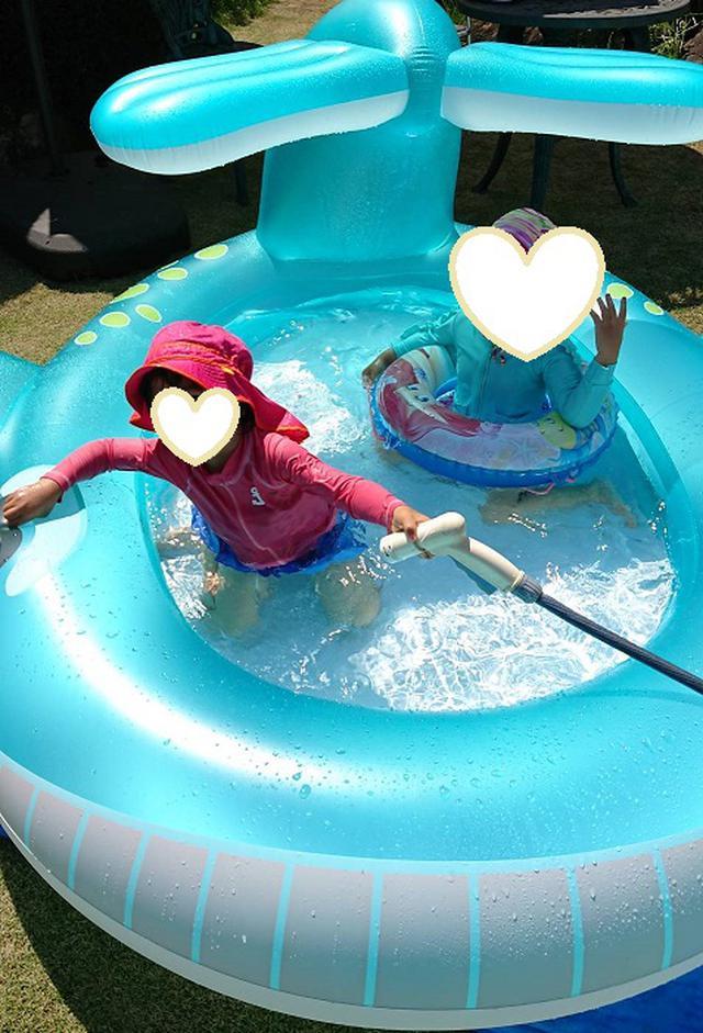 画像: 子どもたちも「くじらだー!」と大はしゃぎ。側面が厚いので、小さな子供は、プールに出入りする際に注意が必要