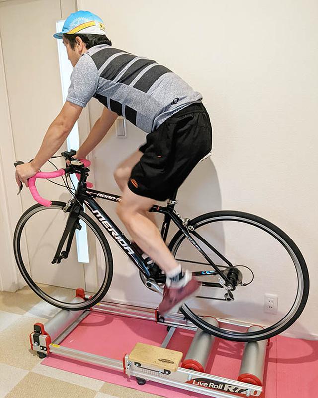 画像: バランス感覚や体幹トレーニング用に使用しているミノウラの三本ローラー。