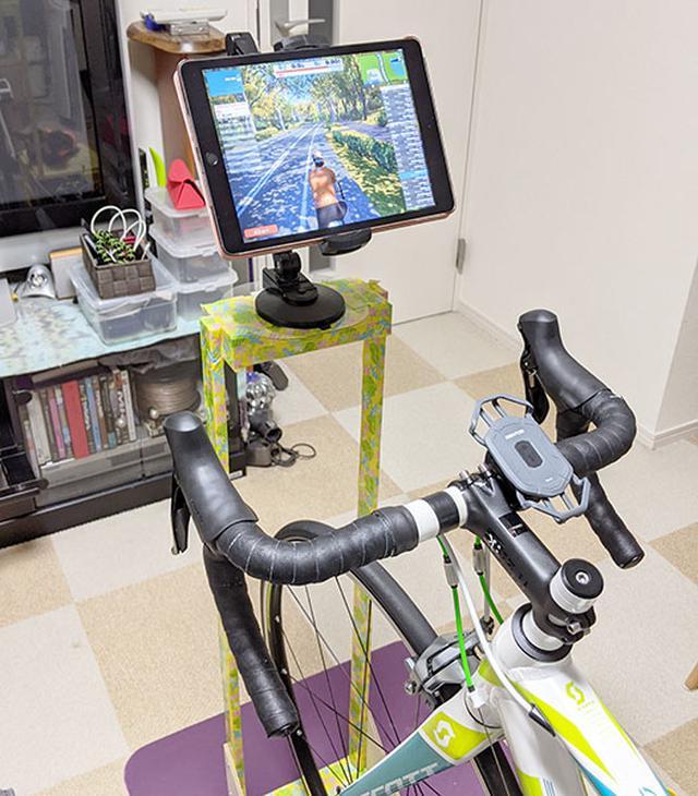 画像: iPad(第6世代)をホルダーと自作のスタンドにセット。