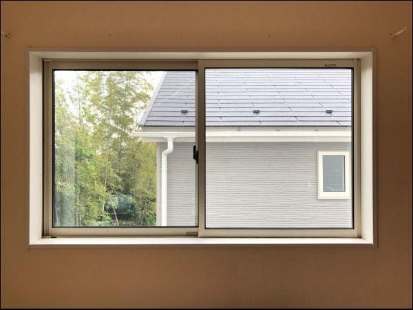 画像: 何の変哲もない窓をリメイクしていきます