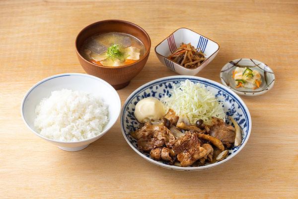 画像: 「豚の生姜焼き定食」990円。昼飲みができて夜も食事ができるということがポイント。
