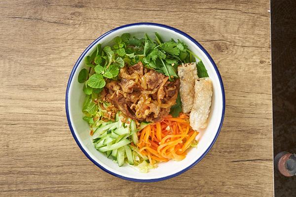画像: 「感動ボブン」の看板商品「感動ボブン」990円。トッピングと下にある米麺を混ぜていただく。