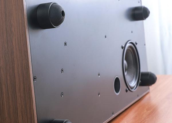 画像: 低音域をカバーするのが、4インチのミッドバスユニットだ。フットは、安定感十分な4本脚タイプを採用する。