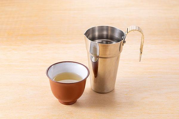 画像: グレーンウイスキー「知多 お湯割り」690円。ほのかに甘い味わいが特徴的。