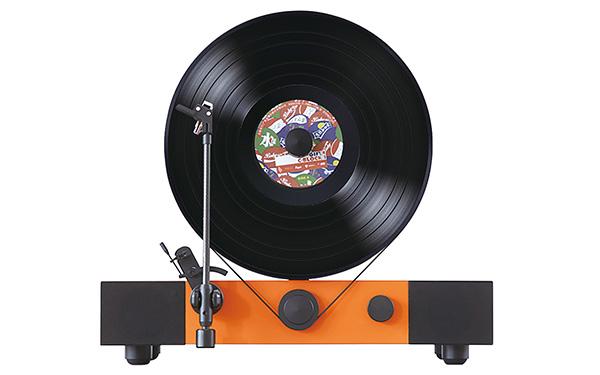 画像: レコード盤を見ながら演奏が聴ける。見た目の驚きとバランスのいい再生音が魅力だ。スピーカーは左右のほか、底部にウーハーも装備。本体カラーは、オレンジ、メープル、ウォルナット、ホワイトオークの4色。