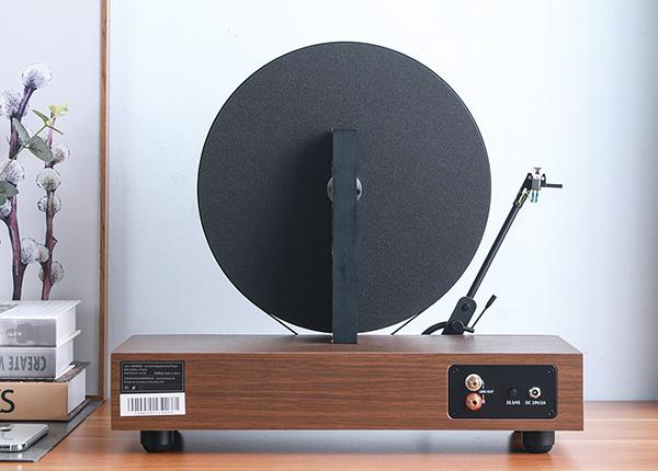 画像: 背面にはプッシュ式の回転数切り替えボタン(33 1/3と45回転)とRCA出力端子があり、オーディオシステムにつなげば、本格的なサウンドも楽しめる。