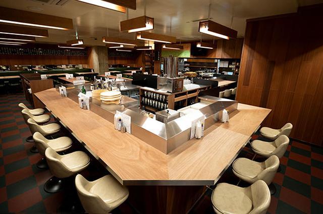 画像: オープンキッチンをカウンター席が取り囲む「酒場ダルマ」。