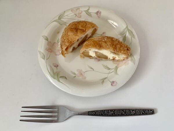 画像: りんごとクリームがぎっしり詰まったアップルパイ。