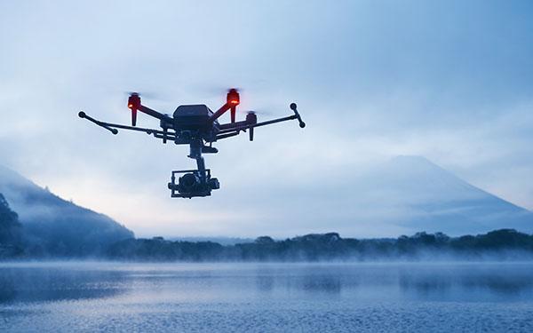 画像: コンパクトながら、αのボディとレンズを積載した状態でダイナミックな飛行が可能。