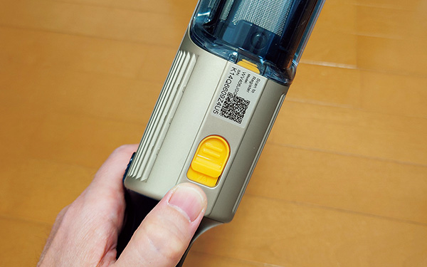 画像: ゴミ捨て時は、本体裏側にある黄色いボタンをスライドすればOK。