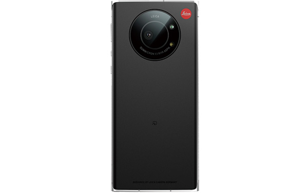 画像: オールドなライカらしいイメージを想起させるカメラまわりのデザイン。メインカメラの有効画素数は2020万。
