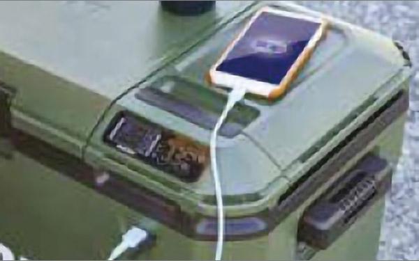 画像: 家庭用コンセント、車載バッテリー、蓄電池の3電源に対応。USB端子を装備するので、キャンプなどで蓄電池からスマホなどへの充電もできる。