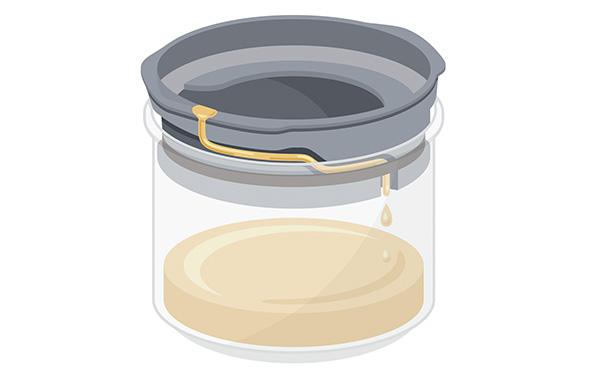画像: フィルターでろ過された油はコンパクトなピッチャーに収納される。