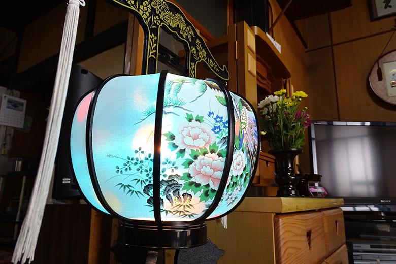 画像: 妻の実家を訪れた際のワンシーン。仏壇横に設置された盆提灯の、優雅な花模様と涼やかな青色が、美しく幽玄に感じられた。室内は少し暗めだったが、その場の雰囲気を重視するため、フラッシュは使用しなかった。 ソニー DSC-HX400V(24mm相当で撮影) プログラムオート F2.8 1/30秒 +1補正 WB:オート ISO160