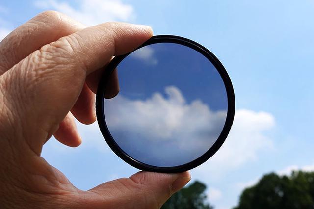 画像: 風景撮影の必須アイテム「PLフィルター」。これを活用して、夏の青空をクリアで色鮮やかに描写したい。
