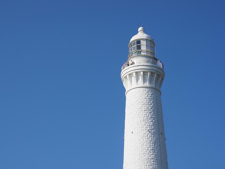 画像: こちらも、仕上がり設定は「Vivid」で、露出補正は行っていない。だが、C-PLフィルターを使用した上のカットと比べると、青空の描写は平凡な印象。なお、この条件でマイナス側に露出補正をすると青空に深みは増すが、灯台の白さや存在感は弱まってしまう。
