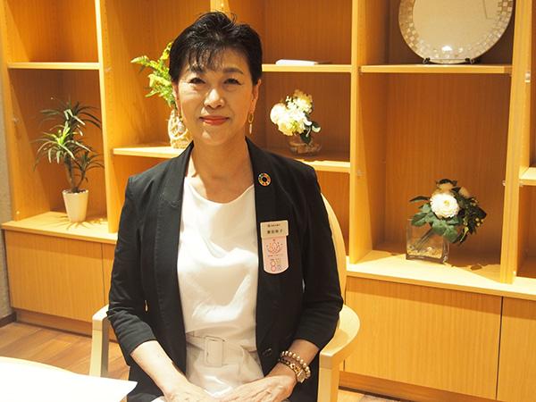 画像: シニアカウンセラーの渡信玲子さん。築地の寺婚の前は、日本結婚相談所連盟のカウンセラー。25年にわたり、結婚の出遇いをサポートしている。これまで相談を受けた中で、数千人を結婚に導いている。