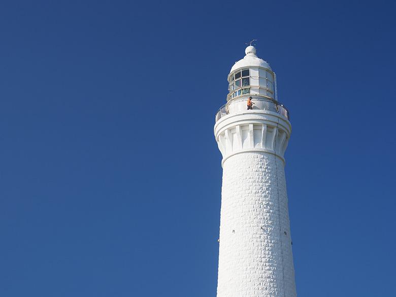 画像: 澄み渡る青空を背景に、白亜の灯台を撮影する。仕上がり設定は「Vivid」。露出補正は行っていないが、レンズにC-PLフィルターを装着して調整した事で、青空に深みが増して印象の強い写真に仕上がった。