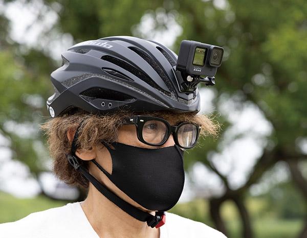 画像: ロードバイク用ヘルメットに装着 今回の撮影では粘着性ベースマウントを使ってロードバイク用ヘルメットにHERO9 Blackを装着。