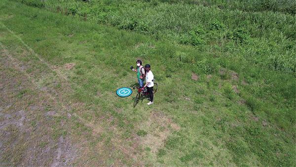 画像4: 被写体にカメラを向けたまま円を描いて飛ぶ