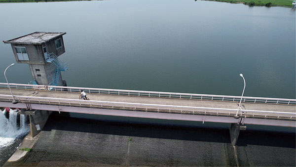 画像6: カメラは常にロードバイクの被写体を向く