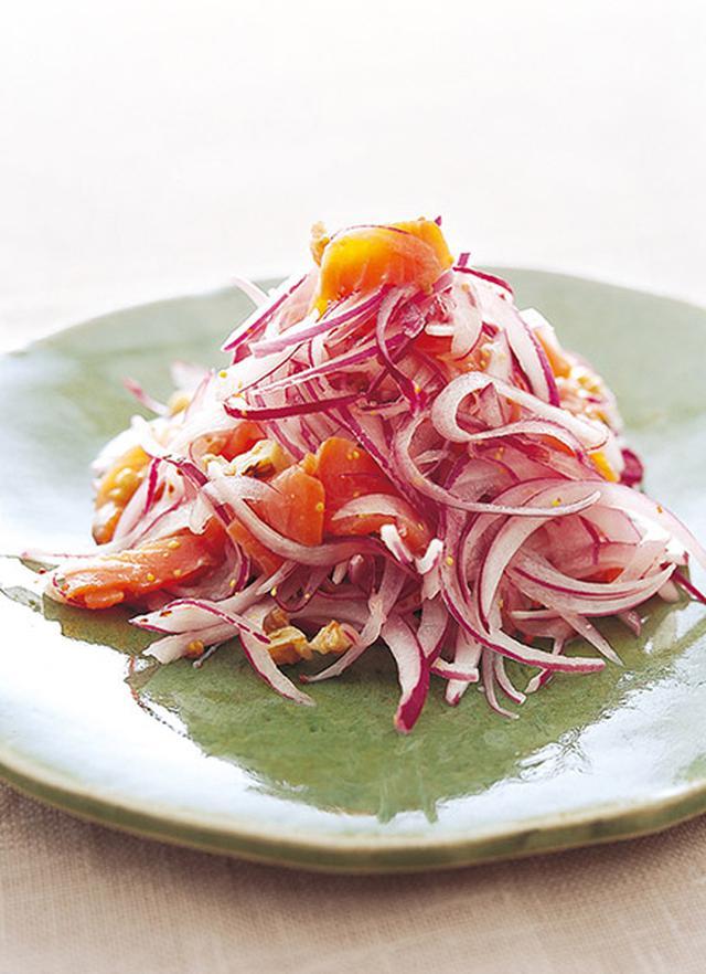 画像: 辛みの少ない紫玉ねぎを使って、彩りよく仕上げます スモークサーモンと紫玉ねぎのサラダ