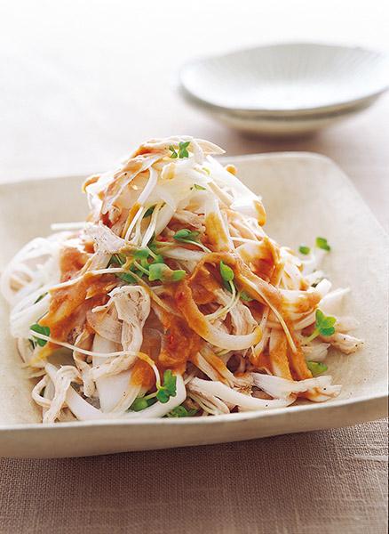 画像: レンジで蒸すから簡単! 豆板醬入りのたれがポイント 蒸しどりと玉ねぎの中華風ピリ辛ごまだれサラダ