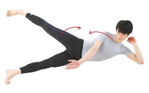 画像: ②脇腹を縮めるように脚と上半身を上げる