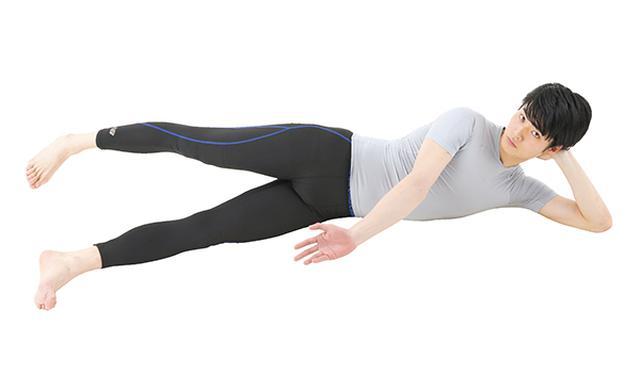 画像: ①床に横向きに寝て、手のひらを上に向ける