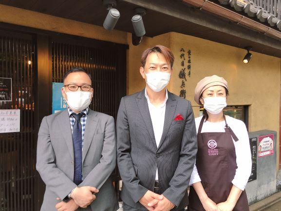 画像: 試食会では丁寧なエスコートを受けました。中央が代表取締役社長の橋本隆志さん、左は最高業務執行役の松下祐さん、右は商品開発担当の川きみよさん。