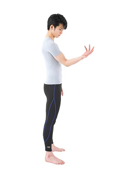 画像: ①脇を締めて、手のひらを上に向ける