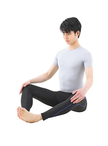画像: ①床に座って足裏を合わせ、脚を開く